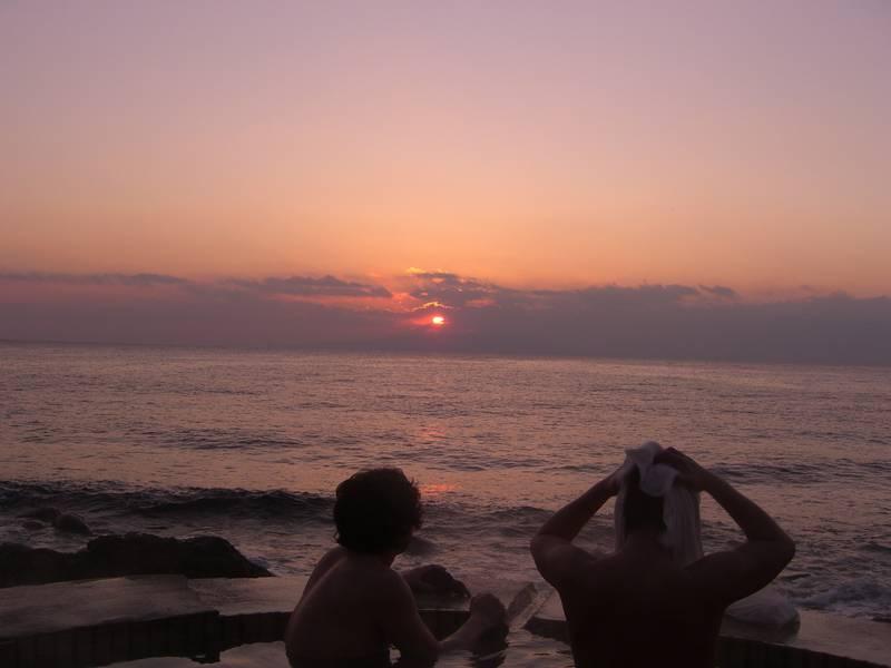 朝陽を見ながら入る伊豆で人気の露天風呂 北川温泉 黒根岩風呂