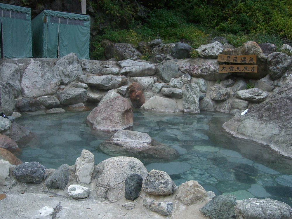トロッコ電車と徒歩でいく秘湯の混浴!黒薙温泉【富山県の温泉】