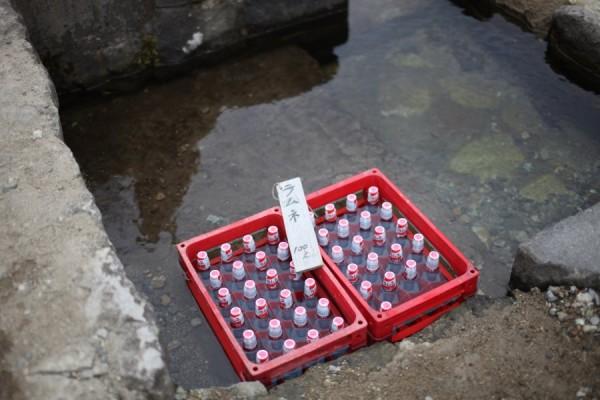 大内宿 水路で冷やされている飲物