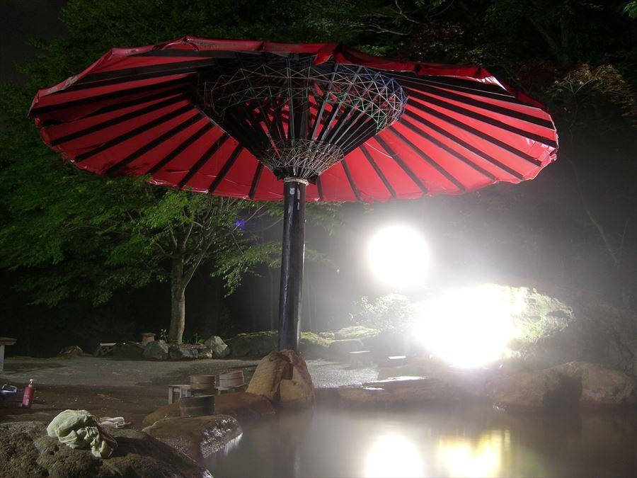大きな番傘のかかる褐色の混浴露天風呂!赤石温泉【山梨県の温泉】