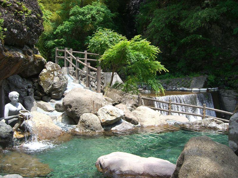 吊り橋を渡り滝を見ながら入れる混浴露天風呂!十谷上湯温泉 源氏の湯(旧 源氏荘)【山梨県の温泉】