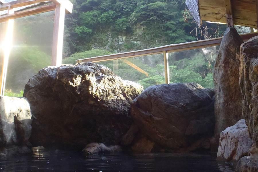露天風呂からの眺め。朝陽がと ...