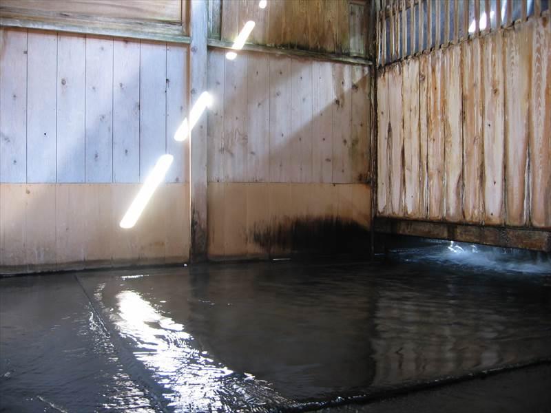 情緒ある茅葺屋根の宿でアツアツのお湯を味わう!白布温泉 湯滝の宿 西屋【山形県の温泉】