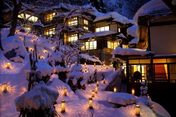 会津東山温泉 向瀧 中庭の雪見ロウソクの風景