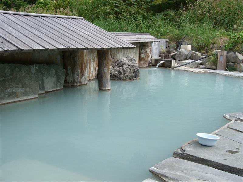白濁した広い露天風呂に癒やされる!泥湯温泉 奥山旅館【秋田県の温泉】